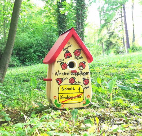 Vogelhaus, Nistkasten aus Holz handbemalt mit Namen und Marienkäfern als Kindergartenabschiedsgeschenk