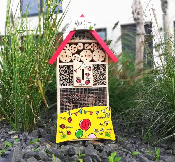 Insektenhotel aus Holz handbemalt mit Namen & Motiven als Geschenk