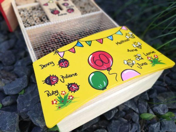 Detailansicht Insektenhotel aus Holz handbemalt mit Namen & Motiven als Geschenk